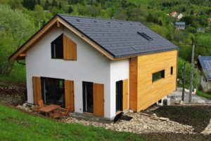 Maison bois en Savoie sur terrain en pente