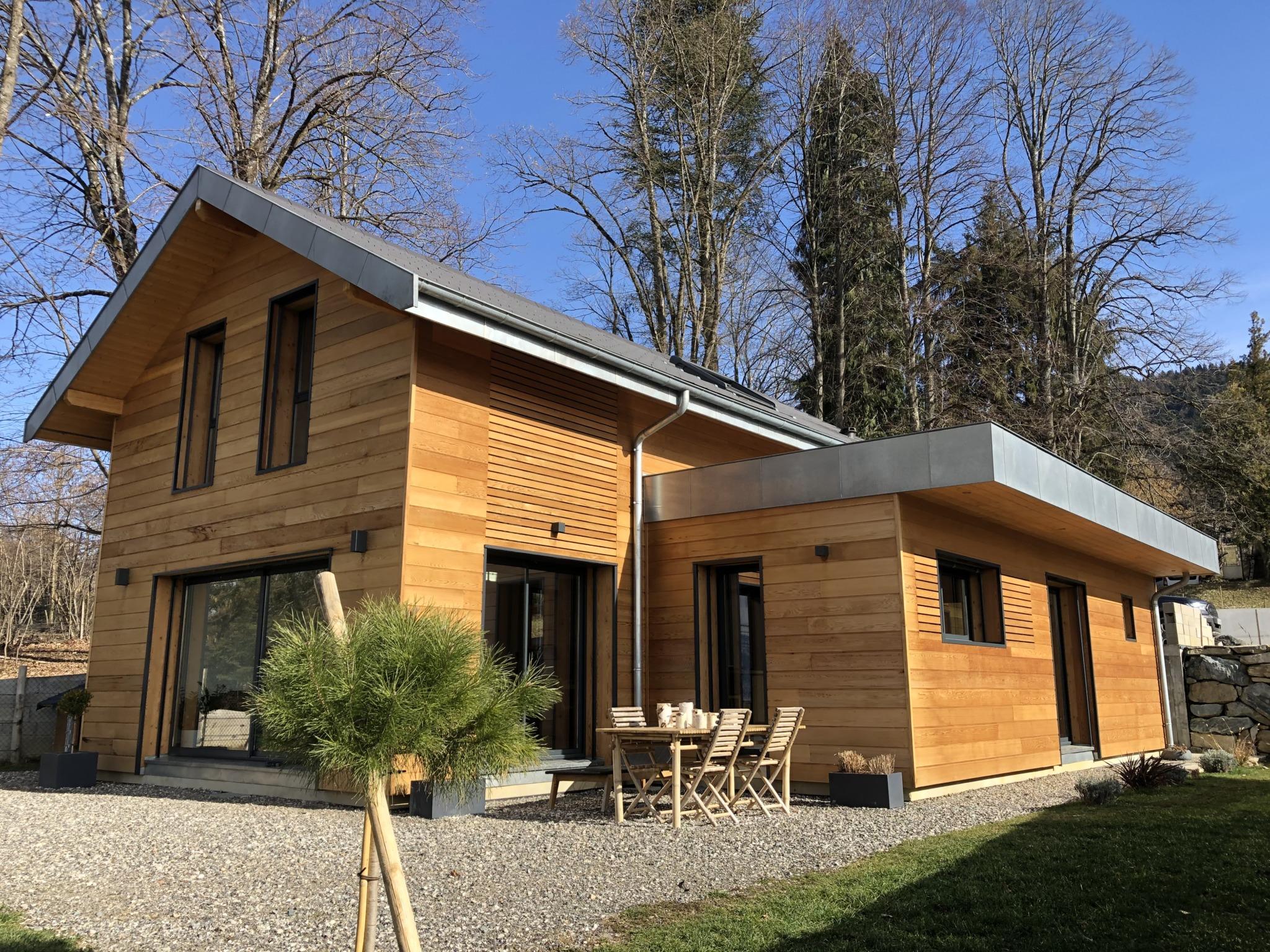 Maison bois avec toit plat et toit en pente