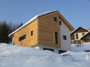 Maison bois en Savoie avec façade mixte bois et enduit