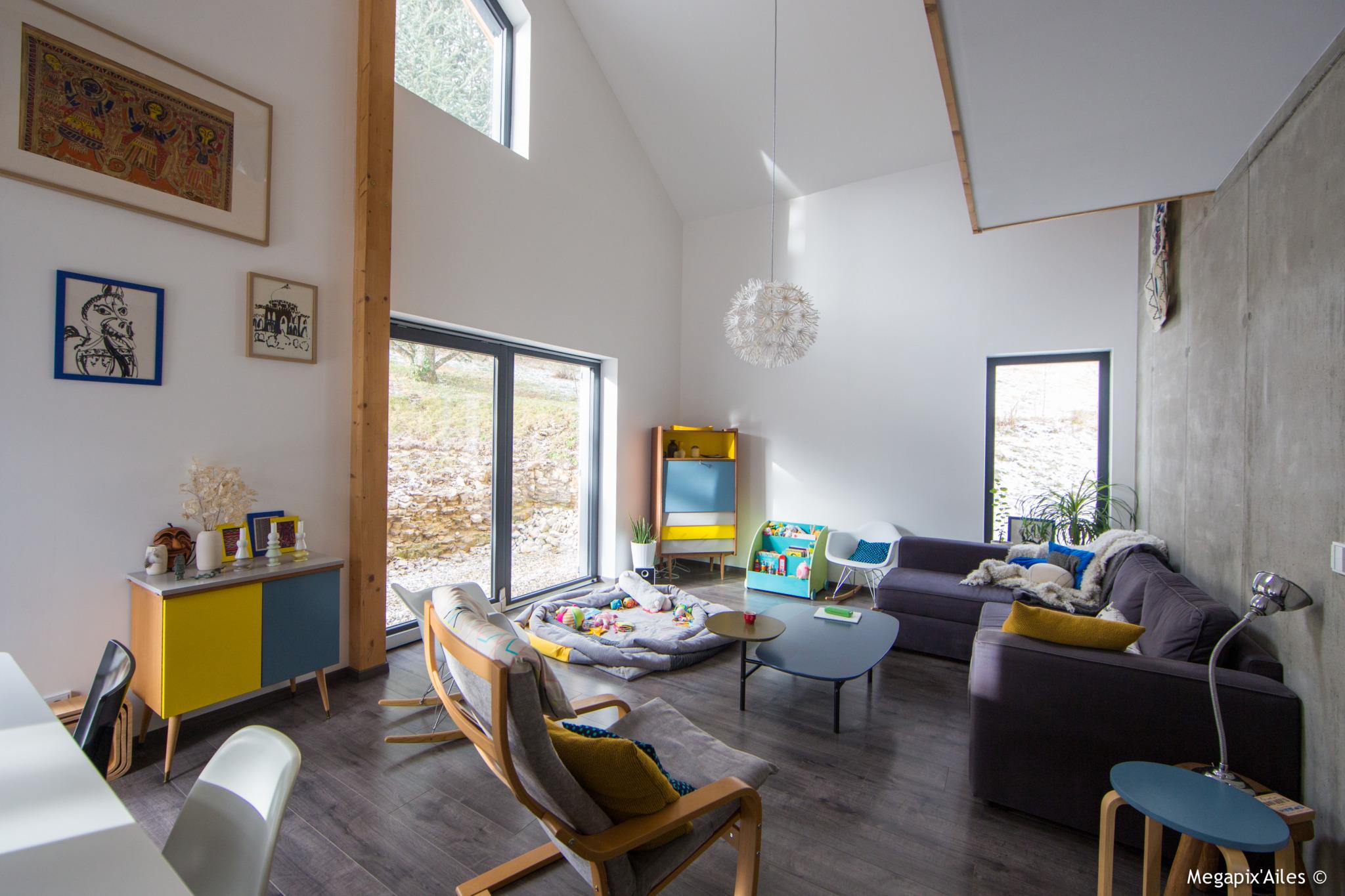 Intérieur d'une maison bois ambiance colorée